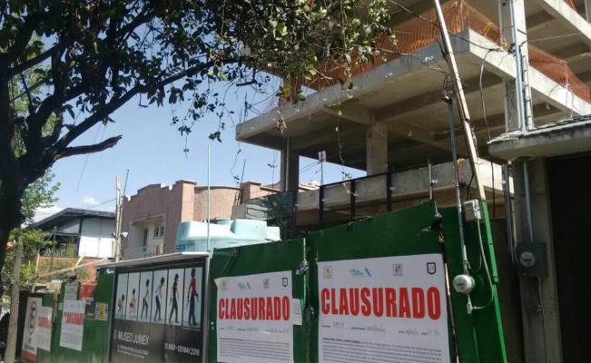 ¿Cómo debe proceder la Comunidad de Vecinos si un propietario comienza obras ilegales?